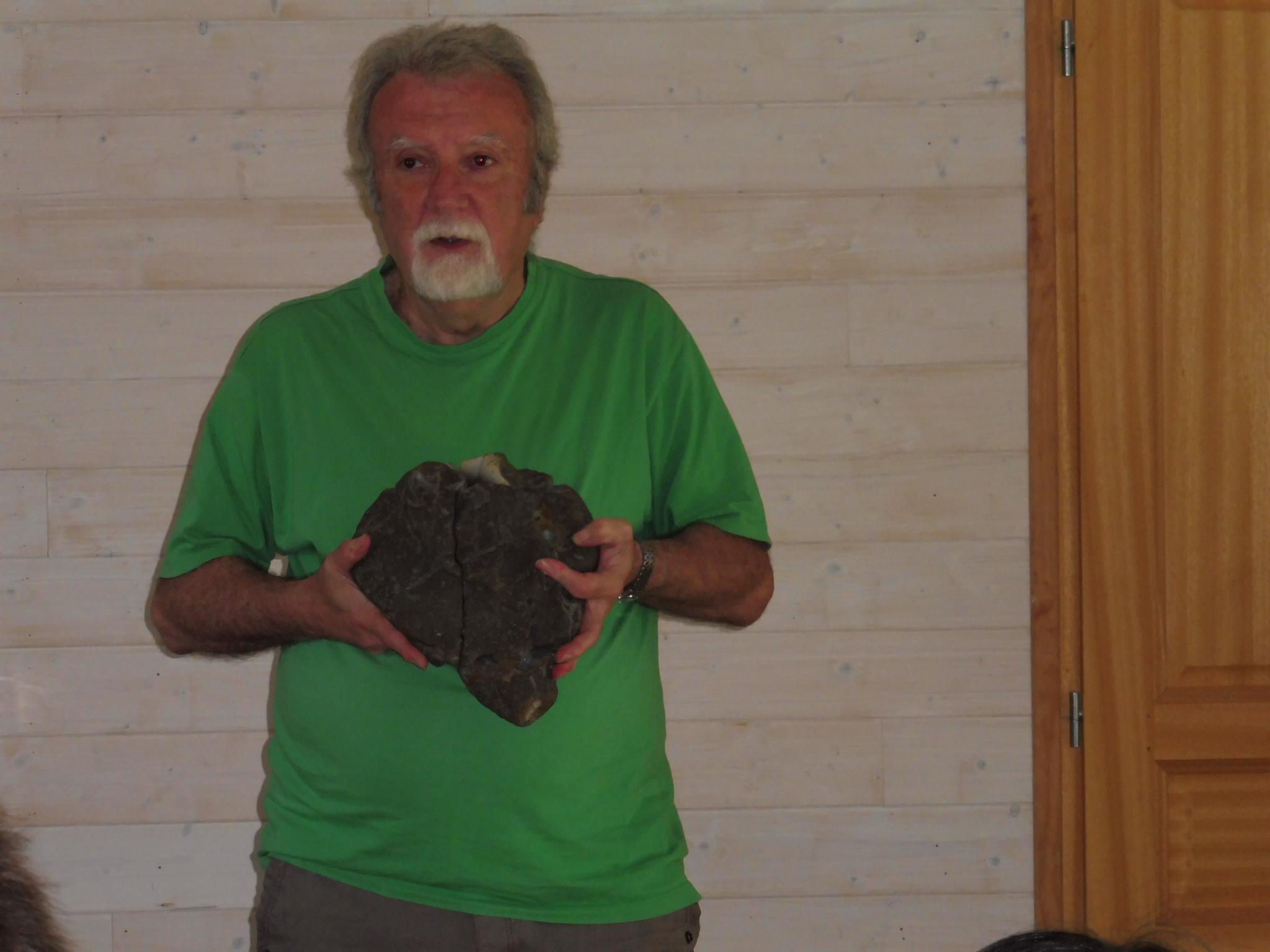 Michel Almeras avec la Géode en agate datant de 130 millions d'années, en forme de cœur humain.